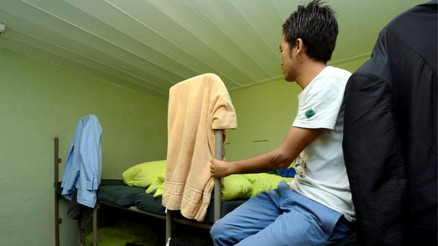 Asylbewerber auf einer Liege