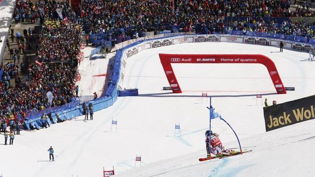 Skifahrer vor Zielraum