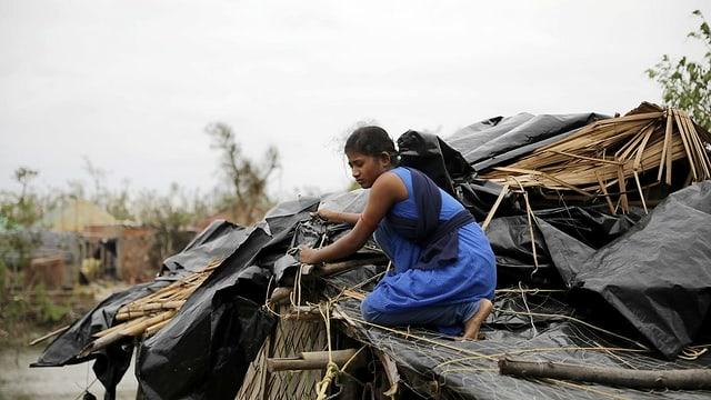 Frau auf Dach von Hütte