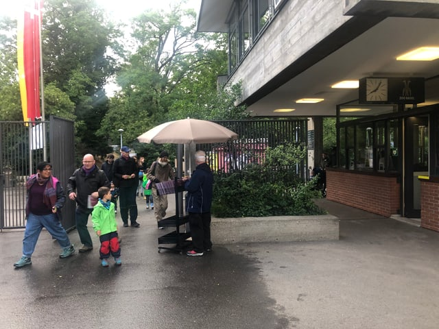 Haupteingang, viele Leute kommen in den Zoo.