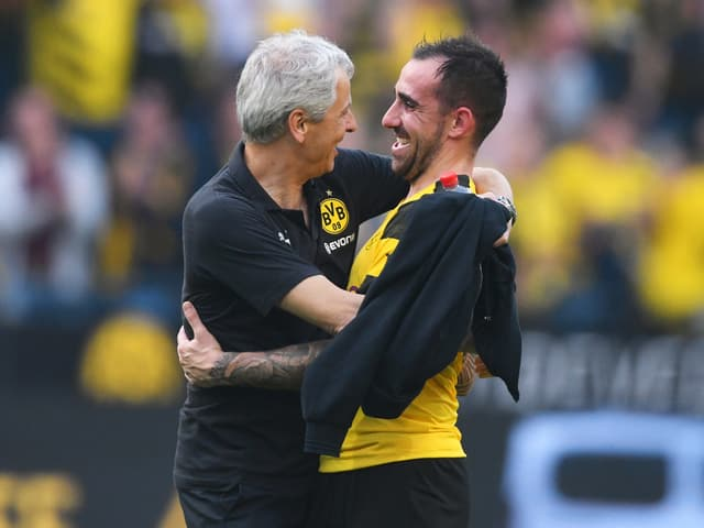 Lucien Favre umarmt seinen Stürmer Paco Alcácer.