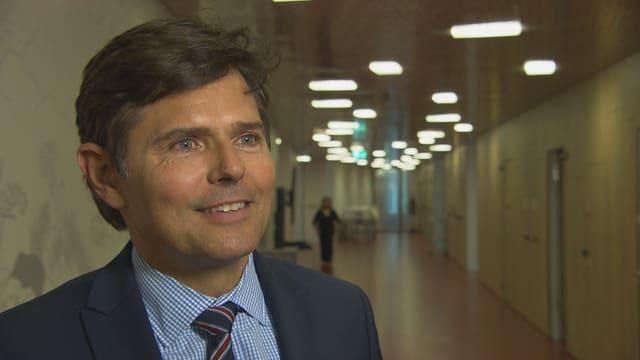 Conrad E. Müller steht im Gang des Universitäts-Kinderspitals beider Basel