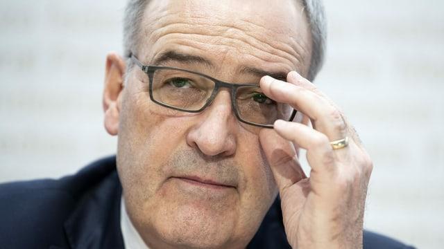 Nahaufnahme von Guy Parmelin, der seine Brille zurechtrückt