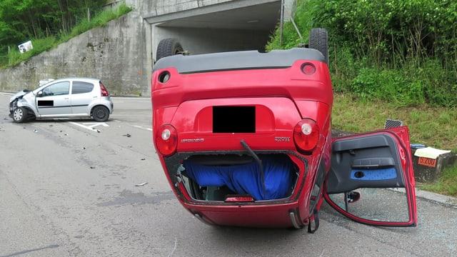 Rotes Auto auf dem Kopf liegend