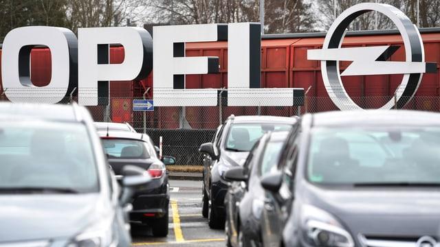 Autos vor Opel-Logo.