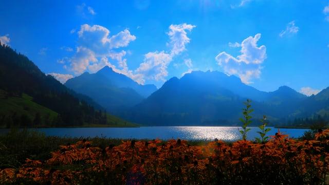 Schwarzsee mit viel blauem Himmel und ein paar Quellwolken.