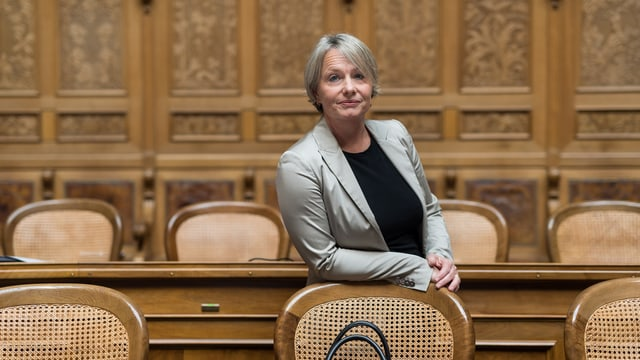 Elisabeth Schneider-Schneiter lehnt an einen Stuhl.