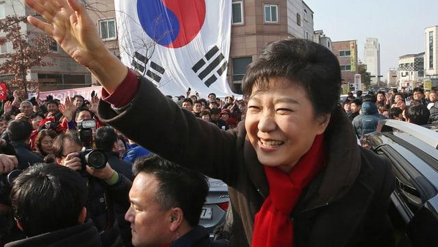 Park Geun Hye winkt den Massen bei einer Wahlkampfveranstaltung zu.