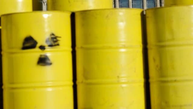 Gelbe Fässer mit Zeichen für Radioaktivität
