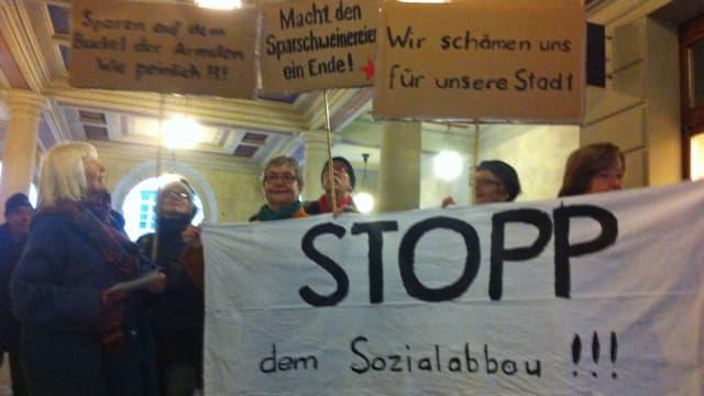 Ihr Protest hatte zumindest teilweise Erfolg: Demo gegen die Streichung der Zuschüsse an Bedürftige im Winterthurer Rathausdurchgang.