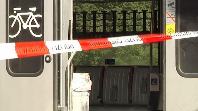 Blick in den Zug, in welchem die Tat geschah – er ist abgesperrt durch ein Band der Polizei.