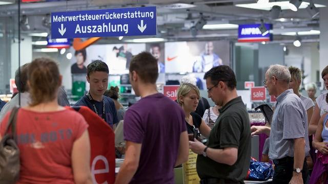 Einkaufstouristen lassen sich im Einkaufszentrum die Mehrwertsteuer zurückerstatten.