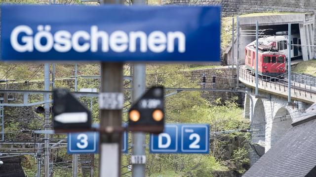 Maletg simbolic. In tren da la Matterhorn Gottard curt avant la staziun da Göschenen.
