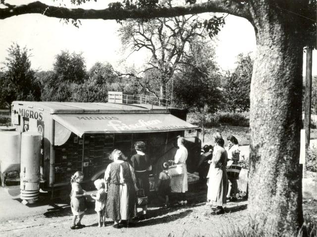 Verkaufswagen im Zweiten Weltkrieg mit Kunden davor.