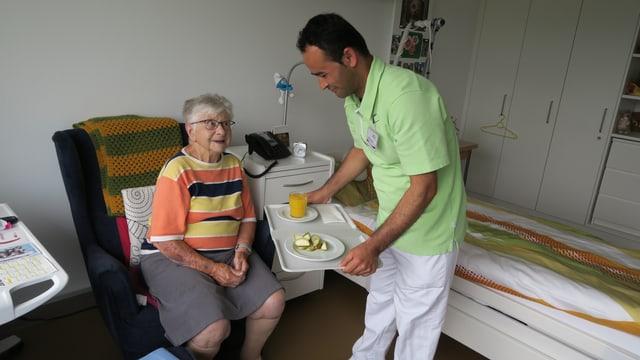 Praktikant Vali Mohamad Heydari bringt Frau Schönthal das Zvieri