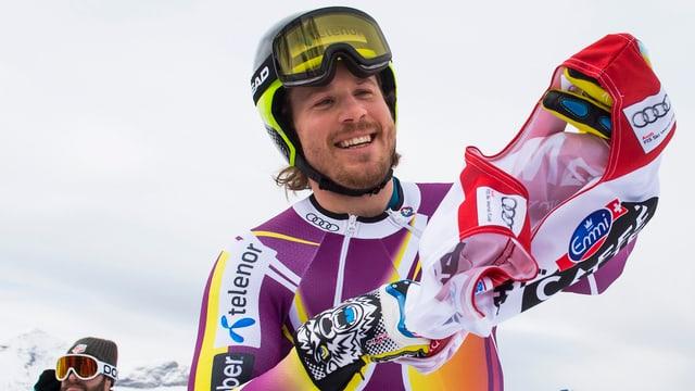Kjetil Jansrud streift sich im Training in Wengen das Trikot mit der Startnummer über.