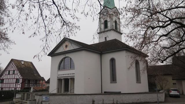 Historischer Ortskern von Zürich-Albisrieden mit Kirche, altem Riegelhaus und Linde.