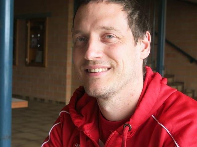 Timo Lippuner im Volleydress, er schaut in die Kamera.