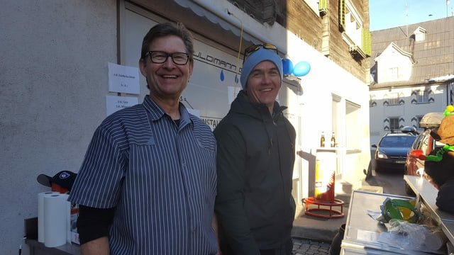 Othmar Steiner cun ses figl Markus Steiner, vida la bar da tscheiver gist dasper la via principala.