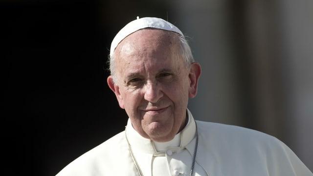 Der Papst lächelt in die Kamera.