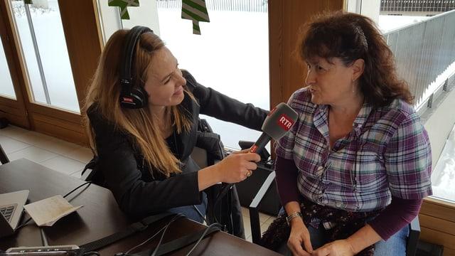 Isabella Wieland fa in'intervista cun ina dunna che ha purtà in pachet