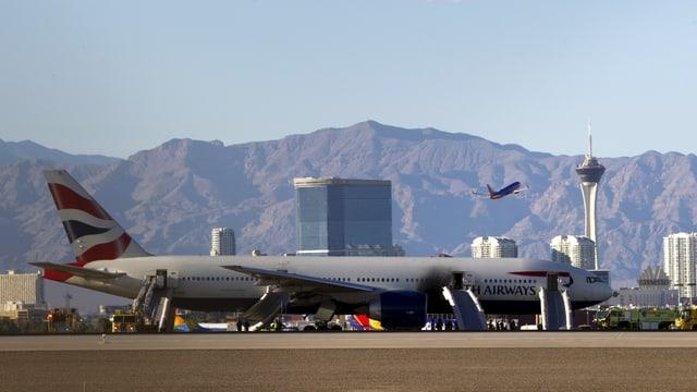 Boeing 777 auf der Landebahn, deutliche Brandspuren auf der Seite.
