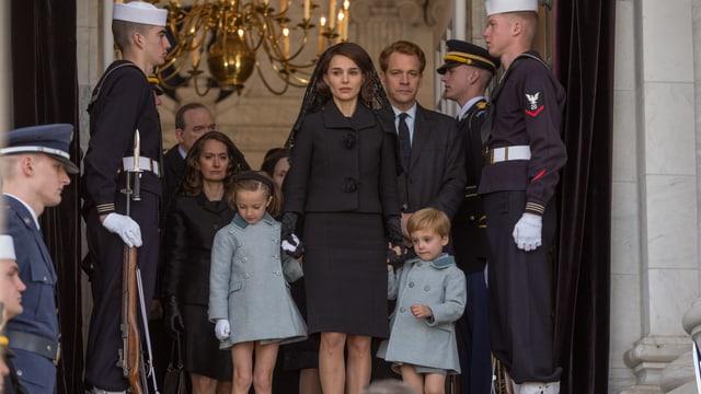 Jackie und ihre Kinder treten aus der Kirche.