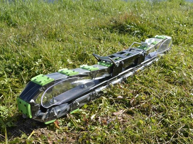 Ein Gras Ski läuft über eine Raupenkonstruktion mit ca. 80 Rollen pro Ski