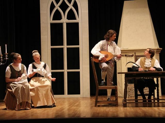 Bühnenszene: Mann spielt antike Gitarre