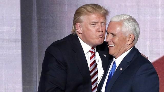 Donald Trump küsst Mike Pence.