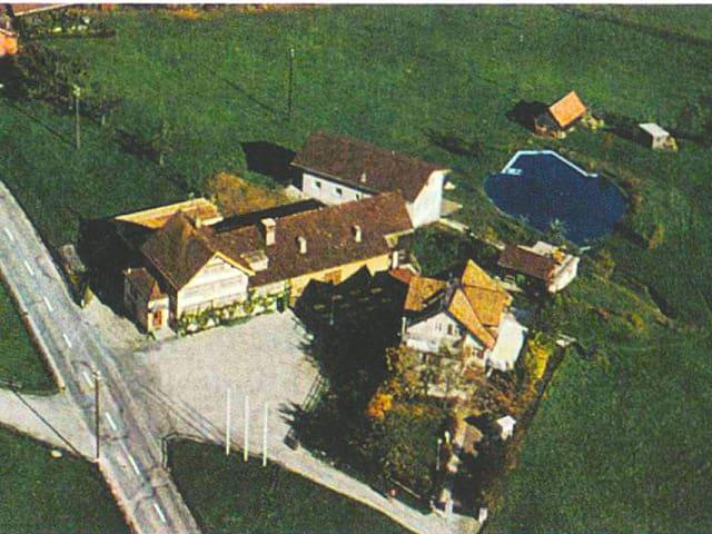 Luftaufnahme der Abtei Thelema mit den Gasthaus zur Rose in Stein.