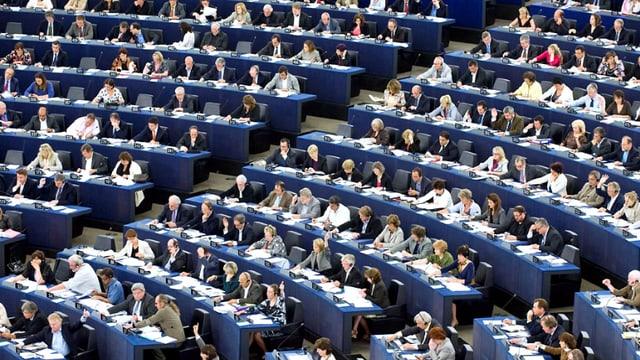 Blick auf den voll besetzten Plenarsaar des Europäischen Parlaments.