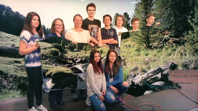 Scolaras e scolars da l'otgavla classa da Samedan en il studio dal Radio Rumantsch.