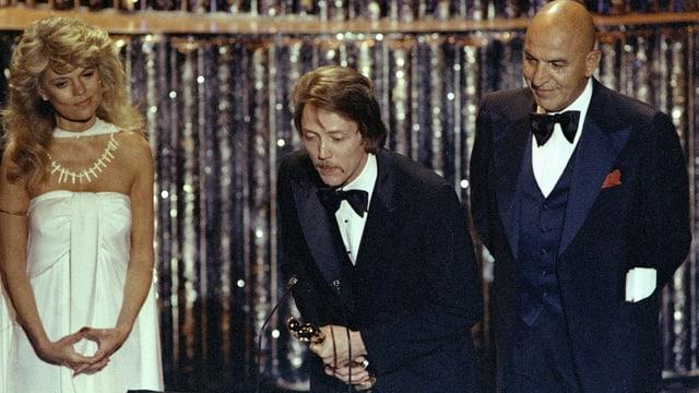 Ein Mann nimmt einen Oscar entgegen