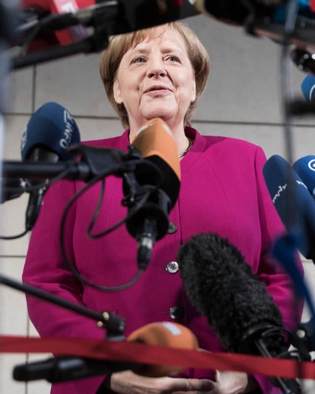Merkel vor den Medienvertretern.