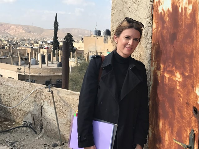 Bild der Archtikektin Jill Schmidheiny. Sie ist Mitglied des Schweizerischen Korps für humanitäre Hilfe. Für die DEZA leitet sie das Projekt Schulsanierungen in Jordanien.