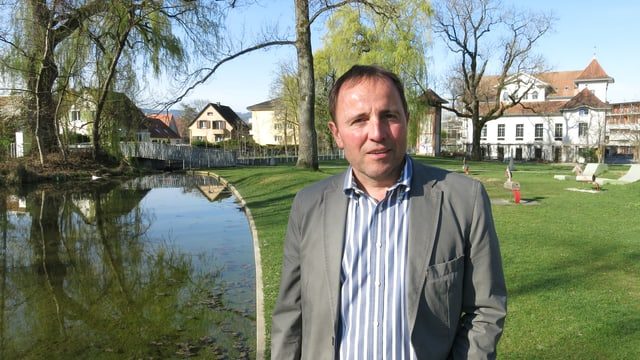 Usters Bauvorsteher Thomas Kübler posiert am Aabach in Uster.
