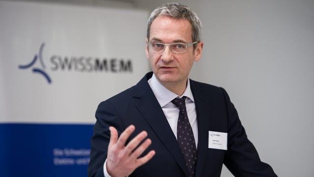 Peter Dietrich spricht an der Jahresmedienkonferenz - im Hintergrund ist das Swissmem-Logo zu sehen.