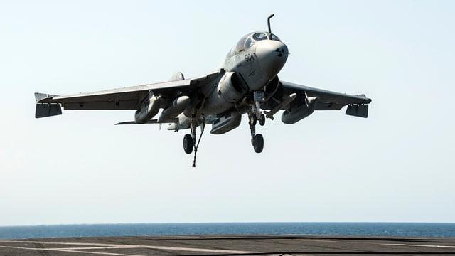 Startendes US-Kampfflugzeug.