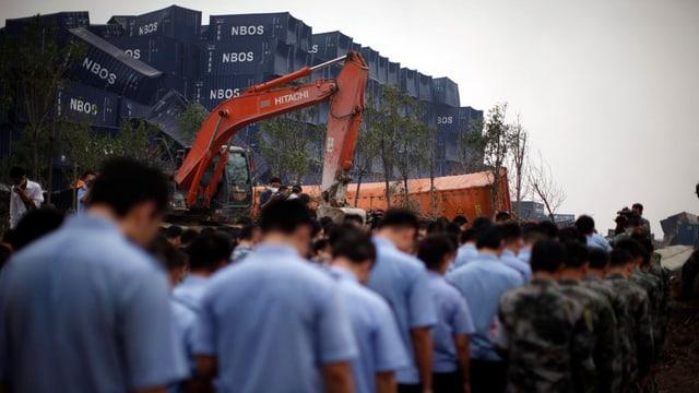 Schuldada e polizia commemoreschan las unfrendas da Tianjin al lieu da la disgrazia.