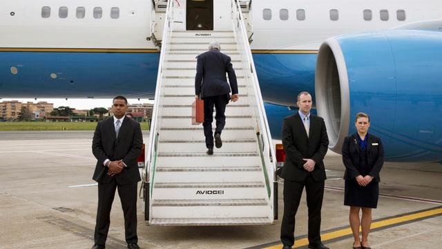 US-Aussenminister John Kerry besteigt ein Flugzeug.