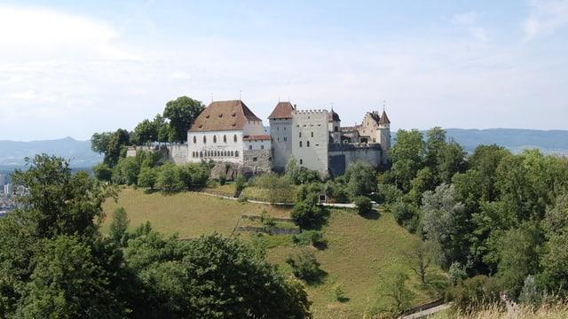 Blick auf das Schloss Lenzburg mit den verschiedenen Türmen bei schönem Wetter.