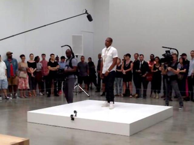 Bei einem Videodreh steht Rapper Jay-Z im New Yorker Museum of Modern Art auf einem weissen Podium, umringt von Zuschauern.