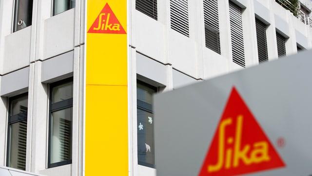 Zwei Firmenlogos des Baustoffherstellers Sika.