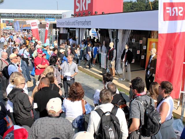 Zuschauer vor SRF-Pavillon.