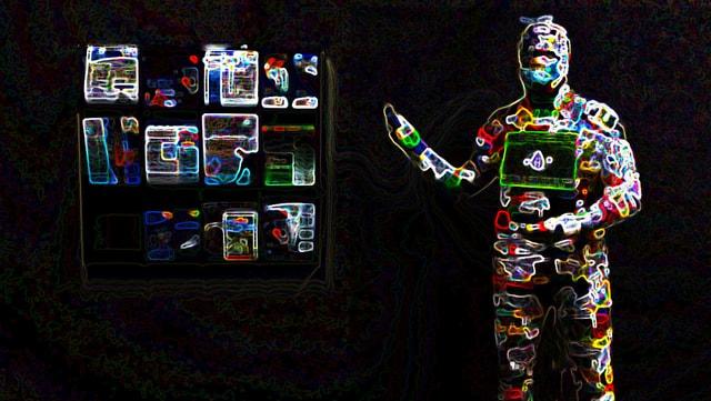 Man sieht einen Menschen. An seinem Körper sind unzählige, neonfarbene Geräte sichtbar.