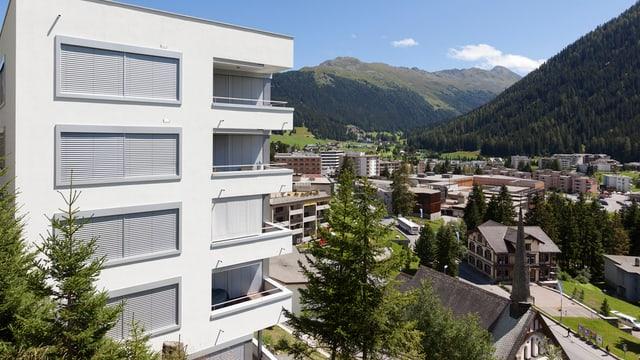 Der Blick auf Davos mit einem grossem Wohnblock im Vordergrund