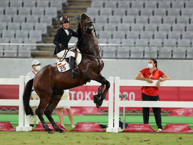 Fünfkämpferin Annika Schleu kommt mit dem ihr zugewiesenen Pferd überhaupt nicht zurecht.
