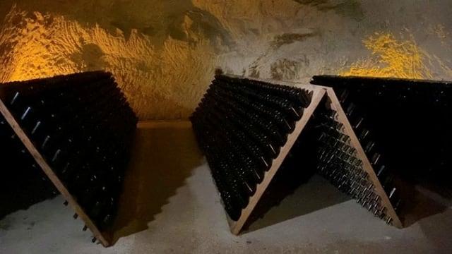 Champagnerflaschen werden in einem Kreidekeller gelagert.