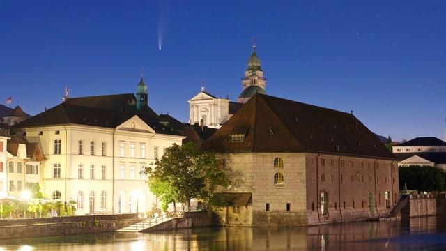 Nachtaufnahme von Neowise über der St. Urseren Kathedrale in Solothurn